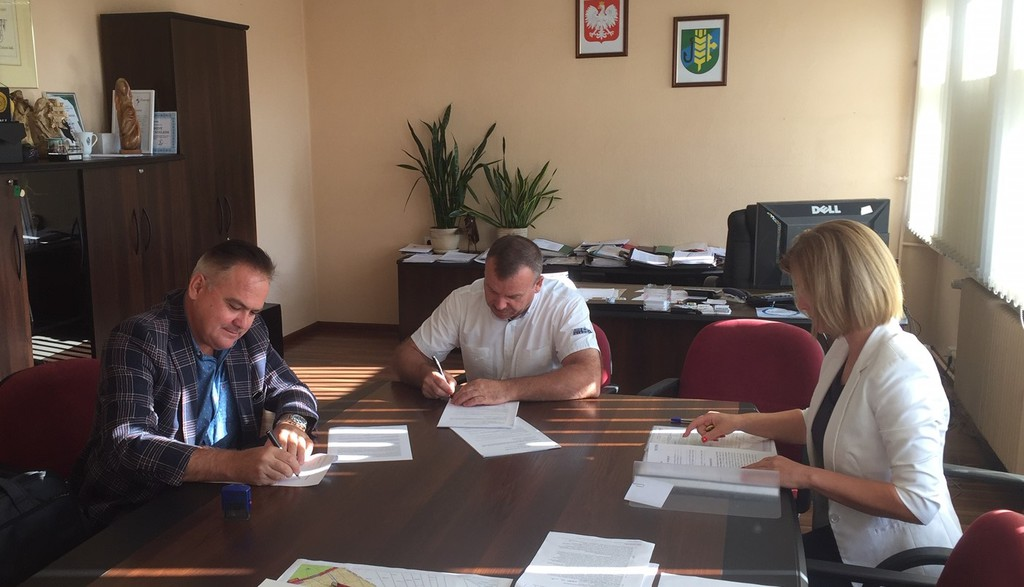 podpisanie umowy na realizację zadania: Rozbudowa drogi gminnej ulicy Korfantego w miejscowości Dobrzeniu Wielkim.