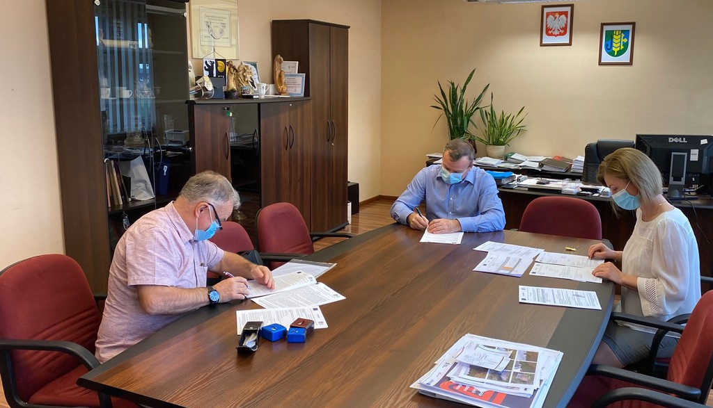 Podpisanie umowy na realizację zadania Budowa kanalizacji sanitarnej ćiśnieniowej dla przysiółka Babi Las wsi Chróścice.jpeg