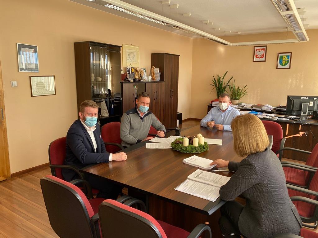 podpisanie umowy na realizację zadania Przebudowa budynku świetlicy wiejskiej w Chróścicach.jpeg