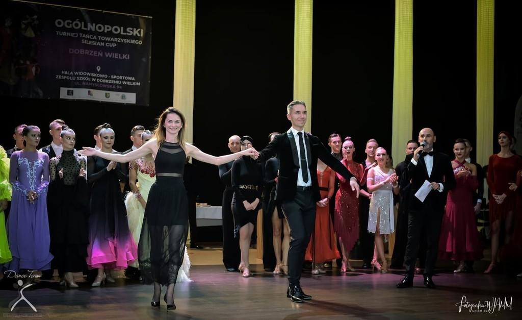Instruktorzy tańca z GOK Dobrzeń Wielki Karolina Anioł-Wiencek i Krzysztof Musioł oraz inne pary taneczne.jpeg