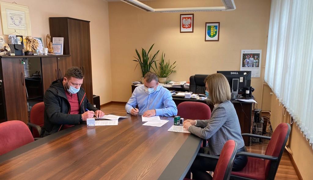 podpisanie umowy na realizację zadania - Budowa drogi gminnej w miejscowości Chróścice.jpeg