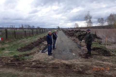 Sołtys Jan Chmiel, Rudolf Rippel i radny Józef Moczko na budowanej drodze przy ul. Miłej.jpeg