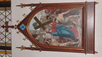 Stacja Drogi Krzyżowej nr II Pan Jezus bierze krzyż na swoje ramiona.