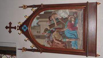 Stacja Drogi Krzyżowej nr III Pan Jezus upada pod krzyżem po raz pierwszy.