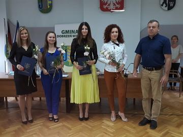 Nowi nauczyciele mianowani przyjmują gratulacje wójta gminy Dobrzeń Wielki.